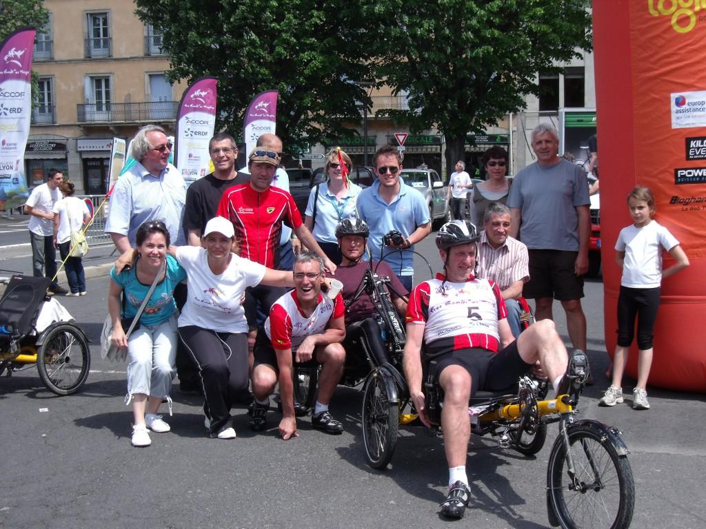 Free Handi'se sport : Ludo en rouge avec son équipe Erdf : kayak, vélo (son coéquipier mouline avec les mains) 2 binômes formés par une personne valide et une personne en situation de handicap