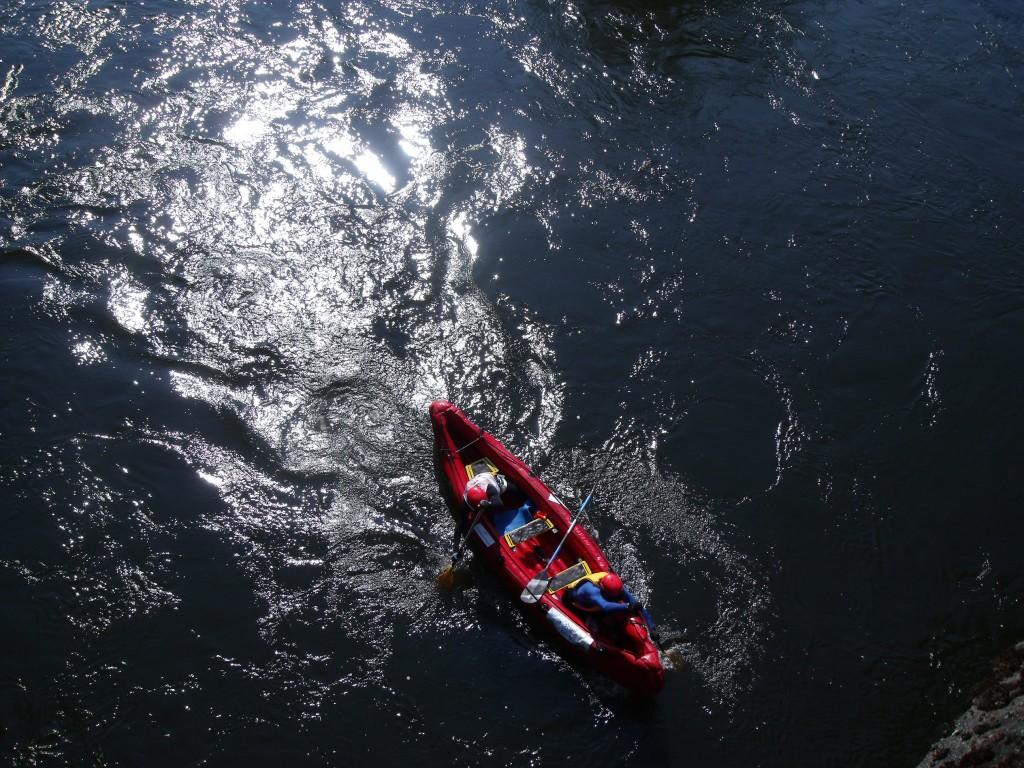 Ludo en rouge avec son équipe Erdf : kayak, vélo (son coéquipier mouline avec les mains) 2 binômes formés par une personne valide et une personne en situation de handicap