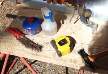 : Les outils du zingueur : le fer à souder, la scie à métaux, un niveau, un compas à pointe sèche, (pas de mine qui tacherait le zinc) un marteau à garnir, des pinces à border, des tracettes ( des grilles graduées pour indiquer les lignes de pliage). des cisailles de toutes sortes universelle, droite ou gauche, la petite coupe trou qui passe da Isles endroits les plus difficiles et permet de faire les naissances, la pélican pour les grandes longueurs.